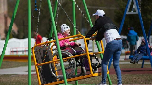 В Правдинском районе открыли детскую и спортивную площадки для особенных малышей (фото)