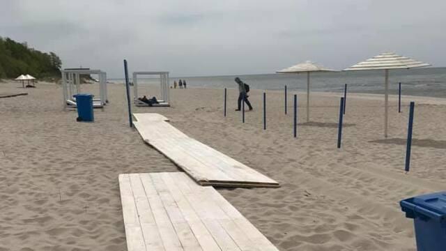 На пляже в Янтарном приступили к строительству променада (фото)