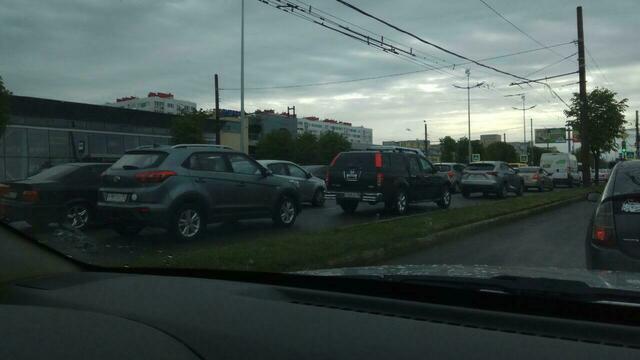 Московский проспект встал в пробке из-за ДТП