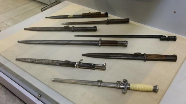 Калининградские таможенники передали в музей конфискованные старинные иконы, самовары и оружие (фото)