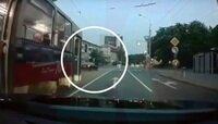 На Советском проспекте BMW объехал трамвай по встречке (видео)