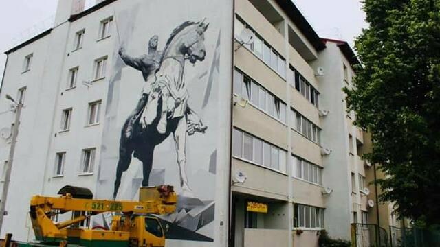 На одном из домов в Багратионовске появилось 15-метровое граффити с полководцем Багратионом (фото)