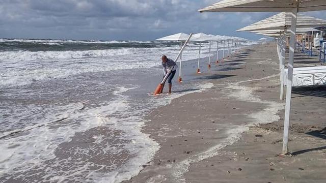 В Янтарном разрушенный штормом пляж с