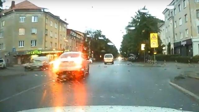 Сам себе гаишник: калининградцы жалуются на закрытые ветками светофоры (видео)