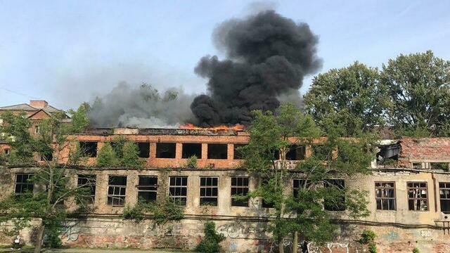 На Нижнем озере горит заброшенное здание у бывшего ликёроводочного завода (фото, видео)