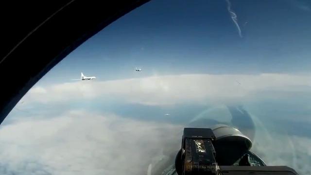 Российские стратегические ракетоносцы Ту-160 провели патрулирование над Балтикой (видео)