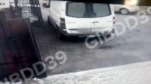 Опубликовано видео ДТП в Большом Исаково, где под Mercedes попал двухлетний мальчик