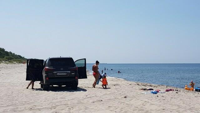 Очевидцы: под Балтийском автомобилист припарковал Lexus посреди пляжа (фото)