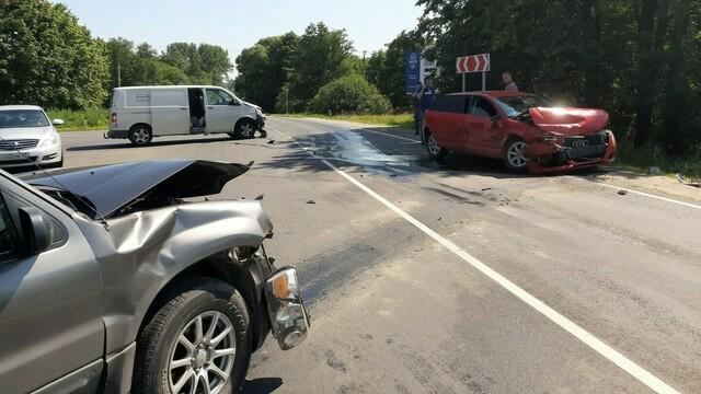 На старой светлогорской трассе столкнулись две легковушки и микроавтобус, есть пострадавшие (фото)