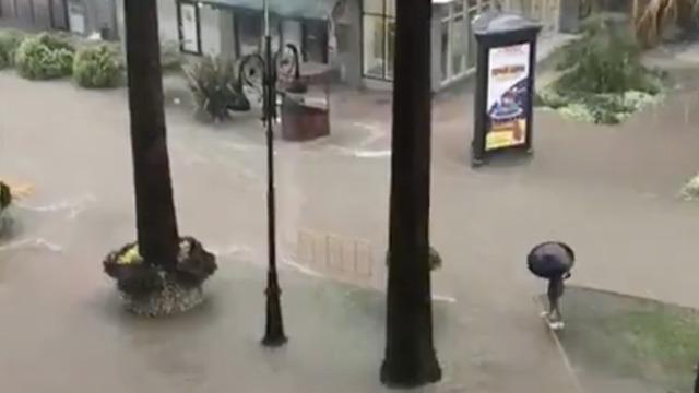На Сочи обрушился сильный ливень, сохранятеся угроза смерчей (видео)