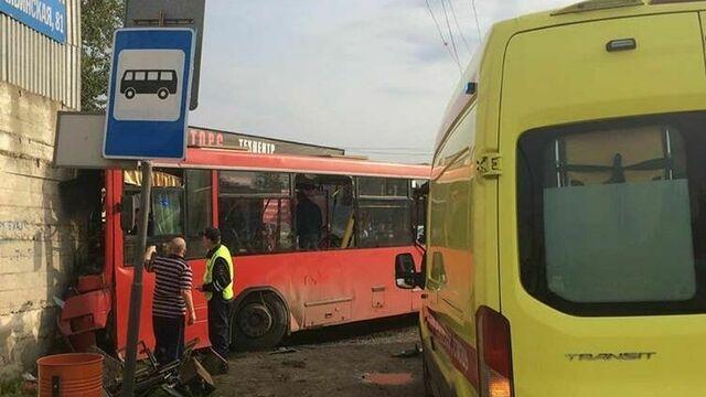 В Перми рейсовый автобус с 59 пассажирами врезался в здание, есть пострадавшие