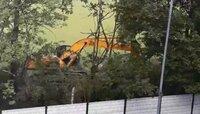 В Южном парке деревья валят ковшом экскаватора ради экономии (видео)