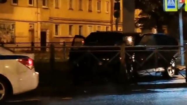 Очевидцы: на Советском проспекте BMW вылетел на тротуар после столкновения с легковушкой