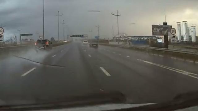 На Окружной Land Cruiser вылетел в кювет, пробив ограждение (видео)