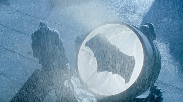 В 13 городах мира на фасадах домов появится знак Бэтмена