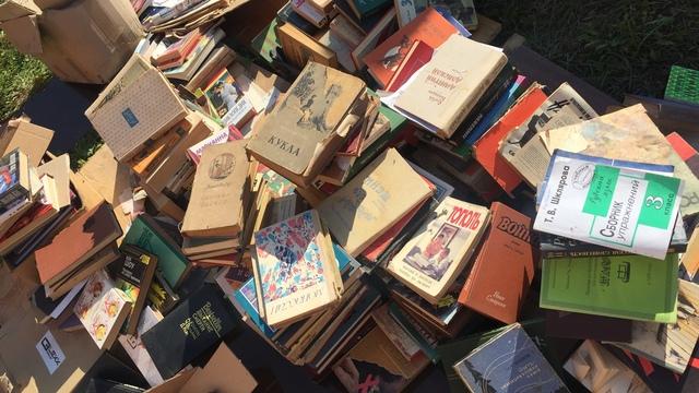 В Калининграде неизвестные выбросили десятки книг (фото)