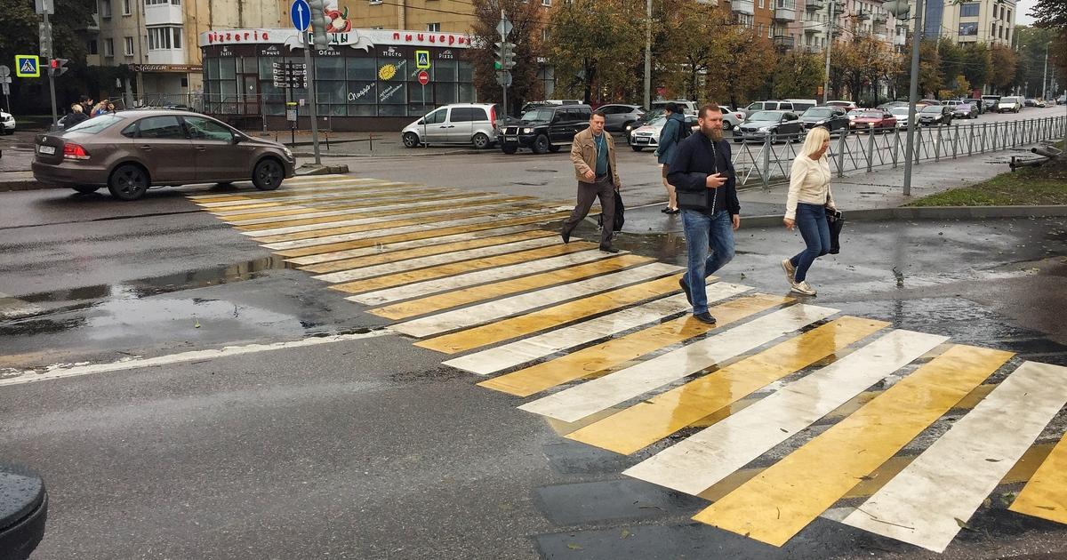 На Театральной калининградцы с трудом переходят дорогу после ликвидации островка безопасности (видео)