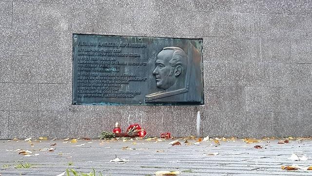 Калининградцы несут цветы к барельефу Леонова на памятном знаке землякам-космонавтам (фото)