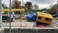 На ремонтируемой ул. Киевской провалилась машина аварийной службы (фото)