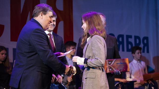 Силанов вручил паспорта десяти калининградским школьникам в День народного единства