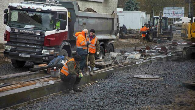 Бетонируют пути, пешеходы в грязи: что происходит на ул. Киевской за три недели до открытия дороги