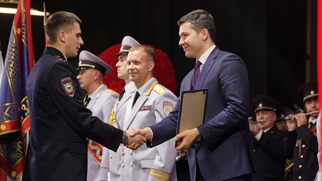 Губернатор наградил калининградских полицейских накануне Дня сотрудника органов внутренних дел
