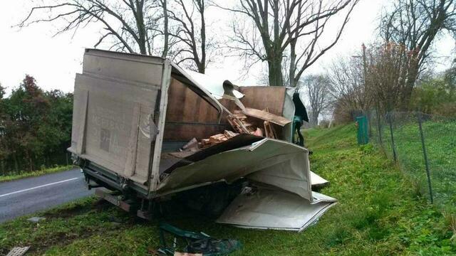 В Правдинском районе грузовик врезался в дерево и опрокинулся в кювет, пострадал подросток (фото)