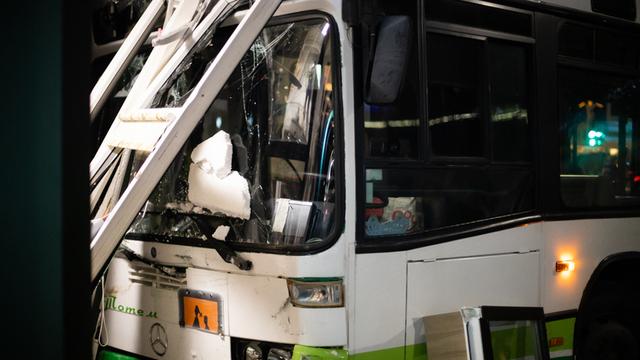 Водитель машинально крутанул руль в сторону тротуара: эксперты — о ДТП с пассажирским автобусом в Калининграде