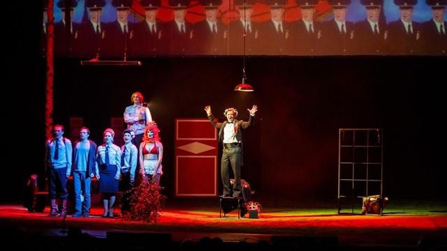 """""""Кафка бы точно поржал"""": что говорят о спектакле """"Человек из Подольска"""" критики и зрители"""