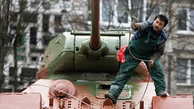Покраска танка Т-34 на ул. Соммера