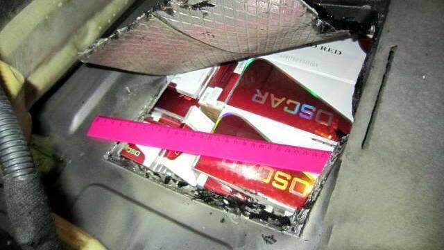 На границе с Литвой задержали Mercedes с 2,5 тыс. пачками сигарет в тайниках (фото)