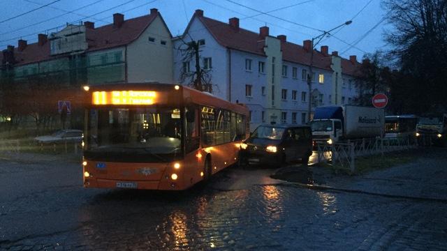 Ул. Павлика Морозова в Калининграде встала в километровой пробке из-за ДТП с автобусом и минивэном