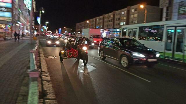В Калининграде Дед Мороз и Снегурочка на мотоцикле раздавали мандарины водителям, застрявшим в пробках