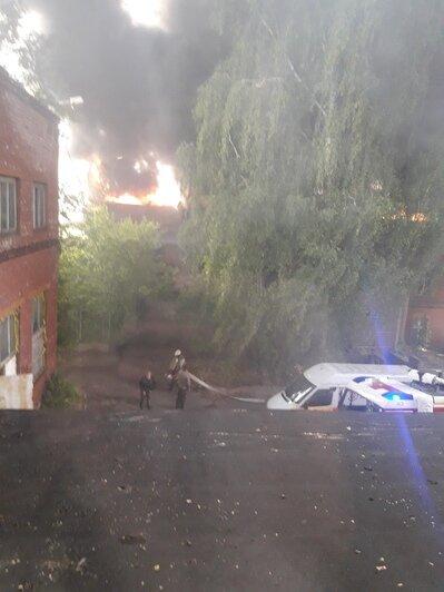На Нижнем озере горит заброшенное здание у бывшего ликёроводочного завода (фото, видео) - Новости Калининграда | Фото: очевидец