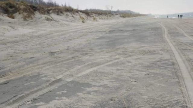 На побережье под Балтийском нашли похожие на мазут или нефть пятна (фото, видео)