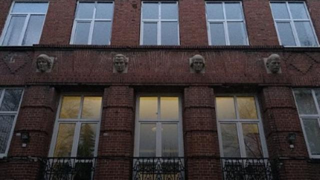 В Калининграде на фасад гимназии №1 вернули головы Коперника, Канта, Гердера и Коринта