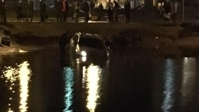 В Калининграде пожилой водитель заснул за рулём и съехал в пруд через детскую площадку
