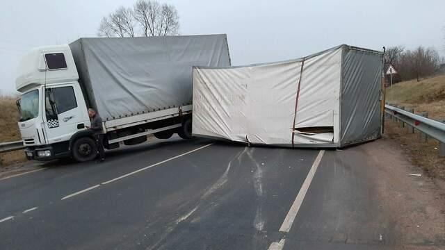 Трасса под Гусевом оказалась перекрыта из-за опрокинувшегося прицепа грузовика (фото, видео)