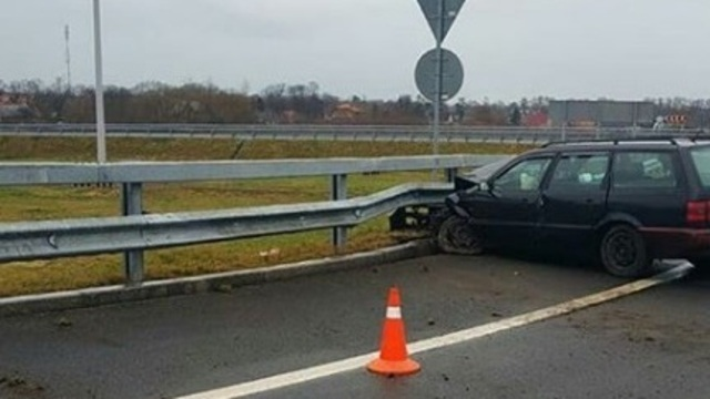В Зеленоградском районе 77-летний водитель на Volkswagen протаранил отбойник (фото)