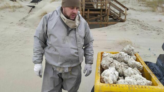 Сотрудники нацпарка собрали на Куршской косе около 60 килограммов парафина (фото)