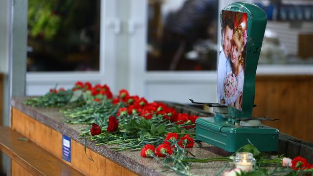 К прилавку погибших у Центрального рынка предпринимателей несут цветы (фото)