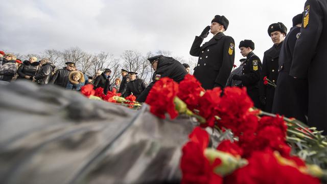 В Калининграде 23 февраля отметили возложением цветов к памятнику 1200 гвардейцам (фоторепортаж)