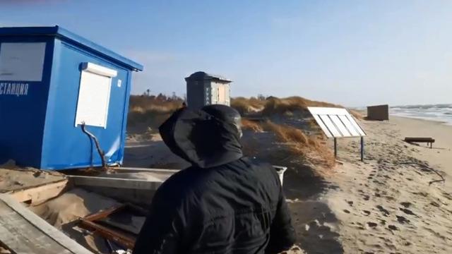 В Янтарном перед штормом с пляжа убрали спасательный пост и оборудование (видео)