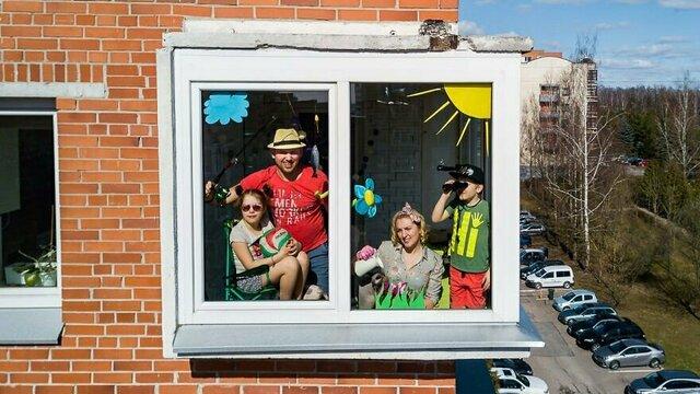 В шапочках из фольги и с кофе на крыше: в Литве фотограф снимает на дрон семьи на самоизоляции