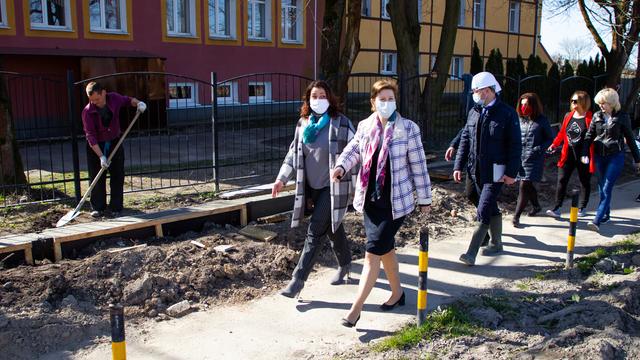 Маски шоу по-калининградски: чиновники проводят рабочие выезды и не забывают защищаться от COVID-19 (фоторепортаж)