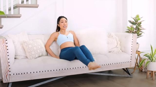 Тренировка на диване и уроки с Синди Кроуфорд: бесплатный фитнес в самоизоляции