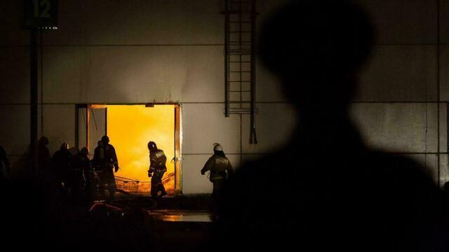Пламя в окнах и горящие машины: калининградские пожарные опубликовали видео работы за год