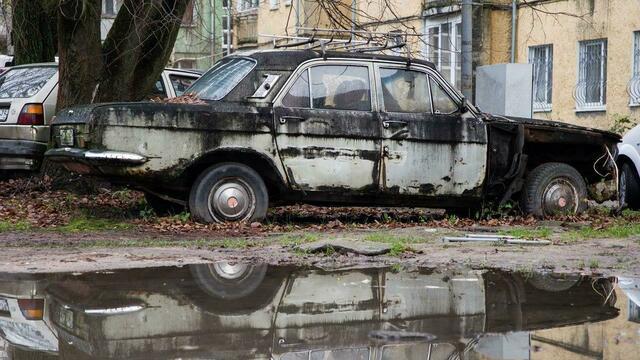 На Балтийской косе разыскивают хозяев 15 брошенных машин