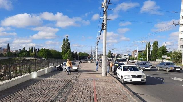 В Калининграде BMW протаранил световую опору, есть пострадавший (фото)