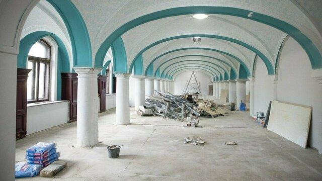 На цокольном этаже калининградского Музея изобразительных искусств при ремонте обнаружили зал с резными колоннами (фото)
